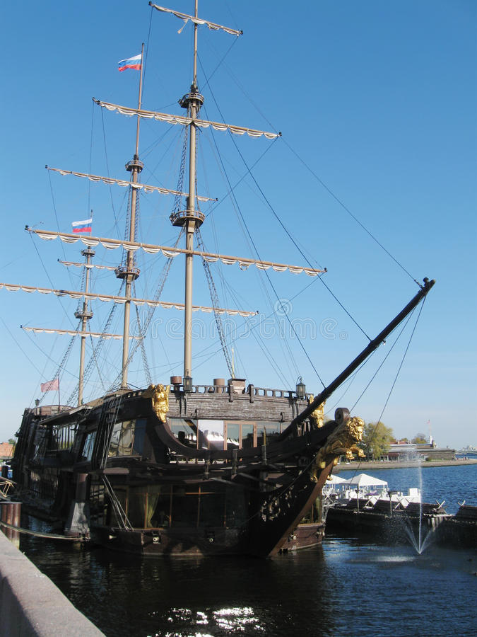 Statek - restauracyjny 'latającego holendera' zbliżenie, StPetersburg, Rosja obraz royalty free