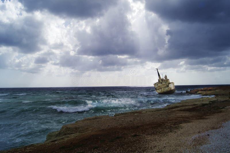 Statek stucked na skałach zdjęcie royalty free