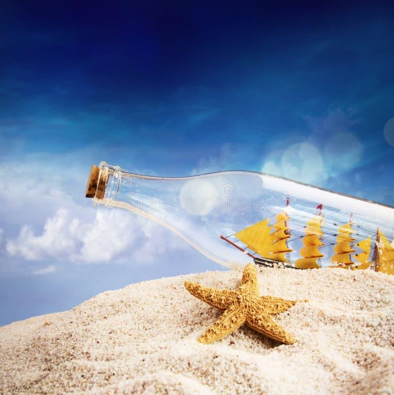 Statek w butelce na plaży zdjęcie stock