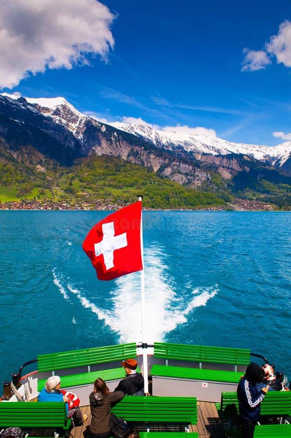 Statek w Jeziornym Brienz z szwajcar flaga i Brienzer Rothorn widokiem zdjęcie royalty free