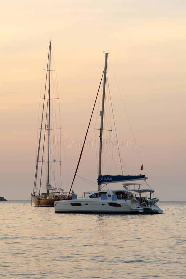 Statek w S ` Illot d ` es Rencli plaży, Portinatx, Ibiza, Islas Baleares, España fotografia stock