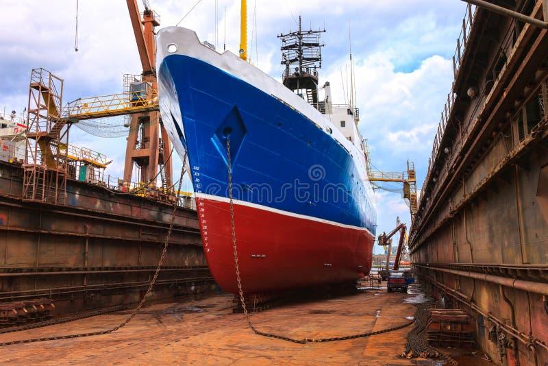 Statek w spławowym doku zdjęcia royalty free