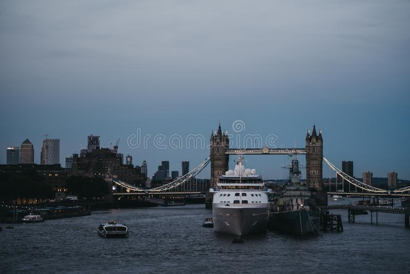 Statek wycieczkowy cumował na Rzecznym Thames HM Belfast podczas błękitnej godziny, wierza most na tle, Londyn, UK zdjęcia stock