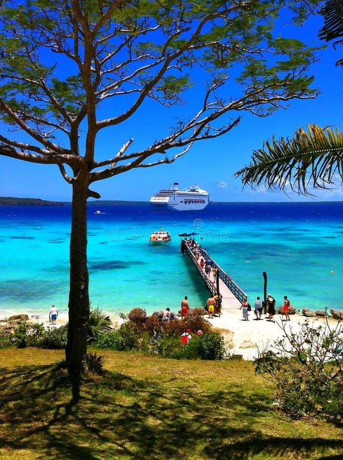 Statek wycieczkowy cumował z tropikalnej raj wyspy obrazy stock