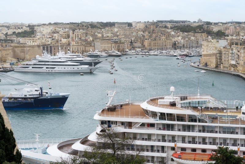 Statek wycieczkowy i jachty dokowaliśmy przy portem Valletta, Malta fotografia stock