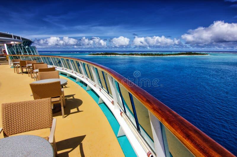 Statek wycieczkowy i pustynna wyspa fotografia stock