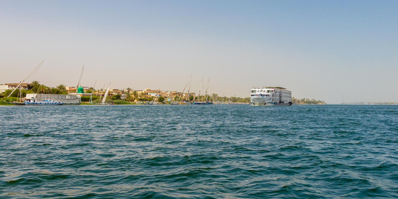 Statek wycieczkowy na Nil rzece, rzeka pływać statkiem jest wygodnym, luksusowym stylu sposobem, Luxor, Egipt obraz stock