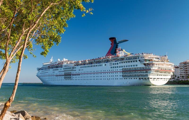 Statek wycieczkowy odjeżdża od Miami Karaibski wakacje c i wakacje obraz stock