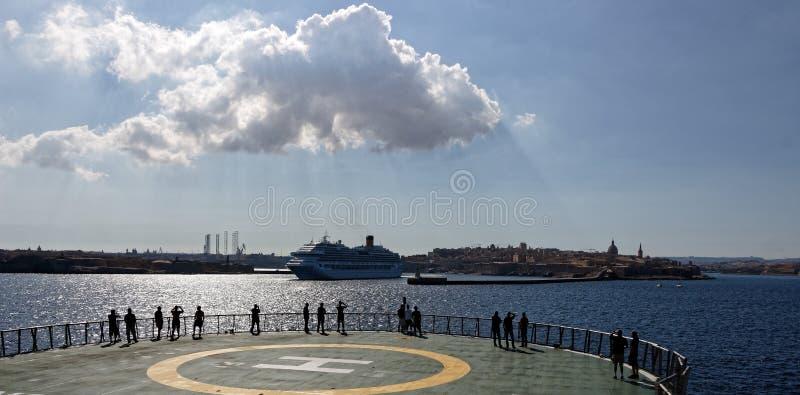 Statek wycieczkowy opuszcza Valletta, Malta zdjęcia stock