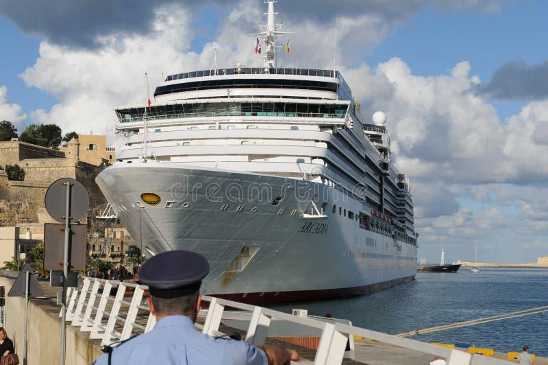 Statek wycieczkowy P&O Arkadia ankering w porcie Valletta na t zdjęcia stock