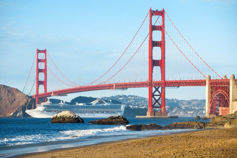 Statek wycieczkowy przechodzi Golden Gate Bridge z linia horyzontu San Francisco w tle, Kalifornia, usa fotografia royalty free