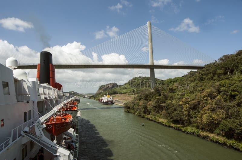 Statek wycieczkowy przechodzi Panamskiego kanał blisko mosta obrazy stock