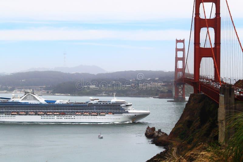 Statek Wycieczkowy przy golden gate obraz royalty free