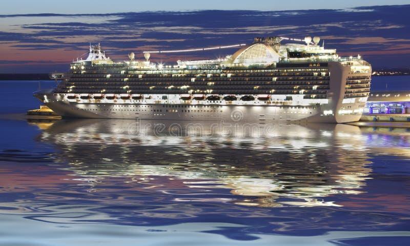 Statek wycieczkowy przy noc zdjęcie royalty free