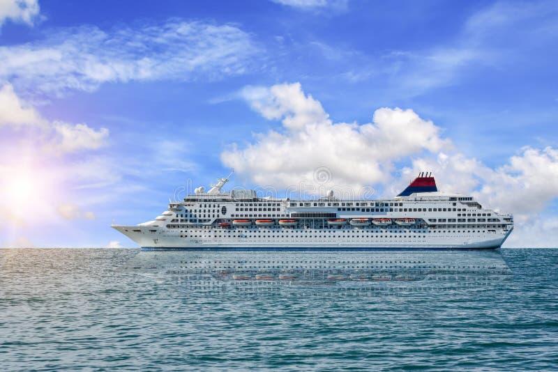Statek wycieczkowy strony statku widok, promu żeglowanie w błękitnym morzu fotografia stock