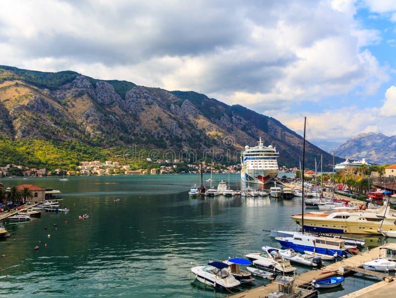 Statek Wycieczkowy w Kotor schronieniu zdjęcie royalty free