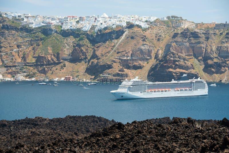 Statek wycieczkowy zakotwiczający blisko Santorini obraz stock