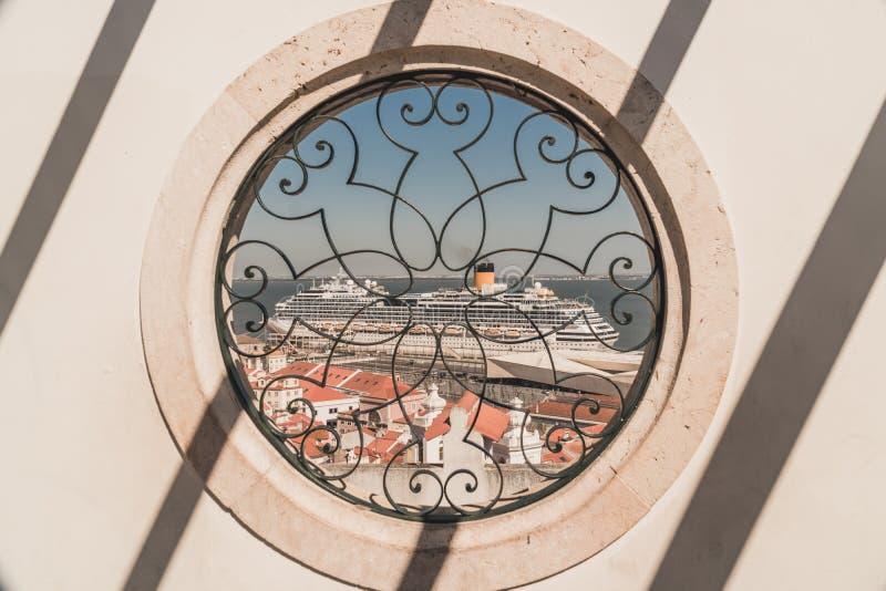 Statek wycieczkowy zobaczy przez okno punkt widzenia Rejs dokuje przy portem Lisbon, Portugalia obraz royalty free