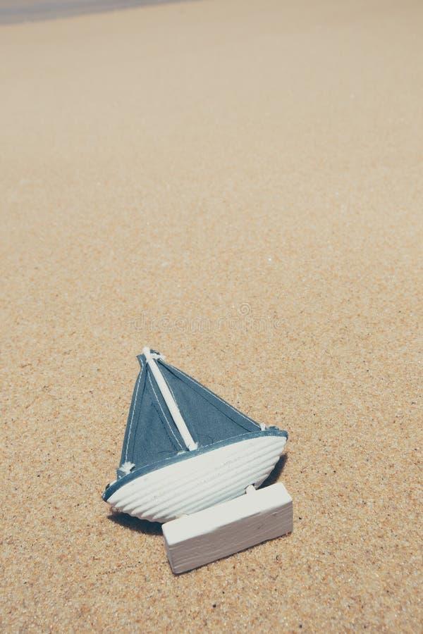 Statek zabawki model w piasku na plaży zdjęcia stock