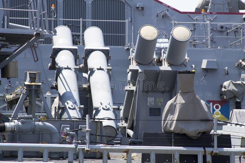 用鱼叉叉在美国海军驱逐舰甲板的寻呼台发射器在舰队星期期间2012年 库存照片