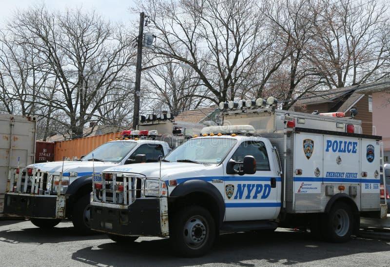 Ordnar till nöd- tjänste- medel för NYPD för att hjälpa i den Staten ön, NY arkivbild