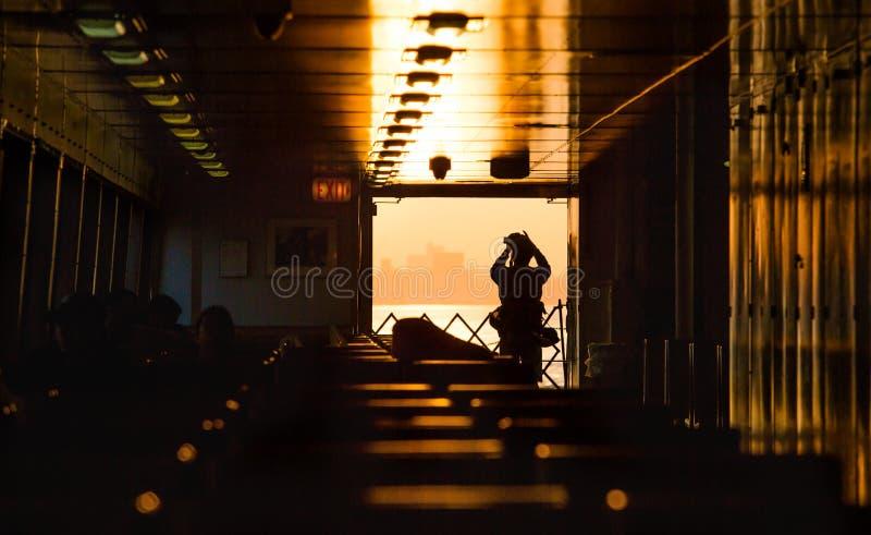 Staten Island Ferry bei Sonnenuntergang stockbild