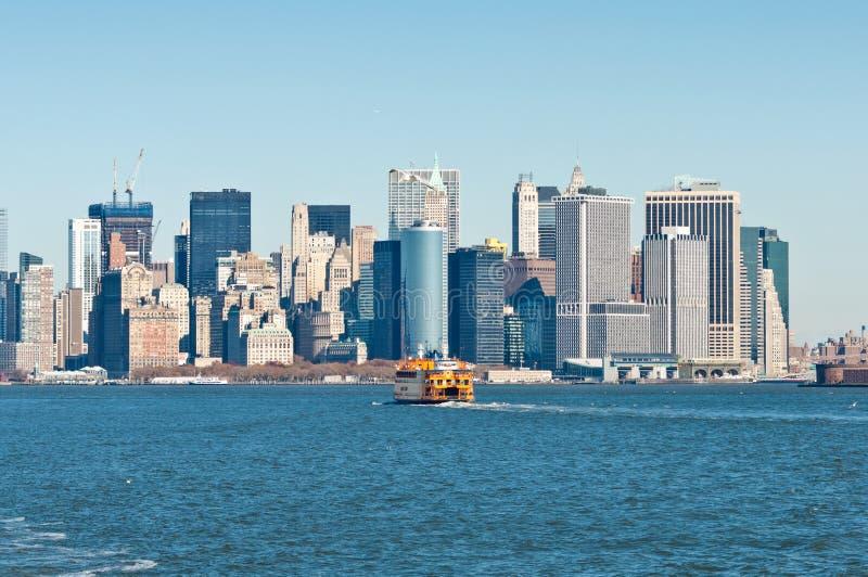 Staten Island Ferry con el horizonte de New York City fotos de archivo libres de regalías