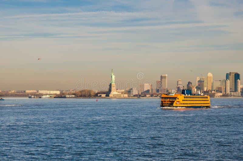 Staten Island Ferry, der durch das Freiheitsstatuen überschreitet lizenzfreie stockfotografie