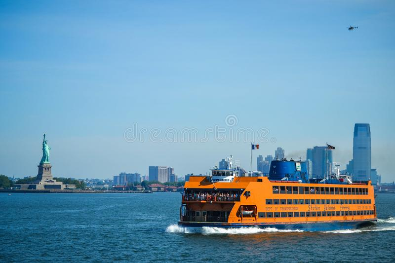 Staten Island Ferry die de Baai van New York, met meningen van het Standbeeld van Vrijheid en New York kruisen stock fotografie