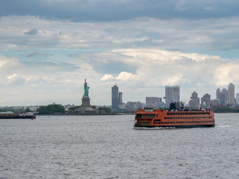 Staten Island Ferry durch Freiheitsstatuen lizenzfreies stockbild
