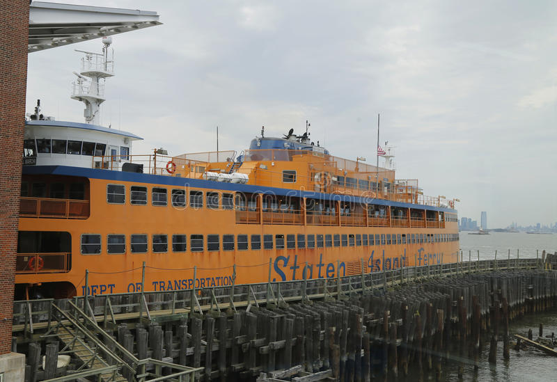 Staten Island Ferry koppelte an St. George Ferry Terminal auf Staten Island an stockfotos