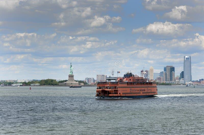 Staten Island Ferry met het Standbeeld van Vrijheid op de achtergrond, in de Stad van New York royalty-vrije stock foto