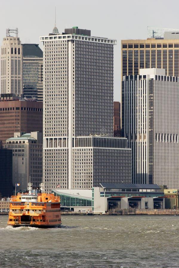 Staten Island Ferry zieht in Fährhafen, unteres Manhattan stockfotografie