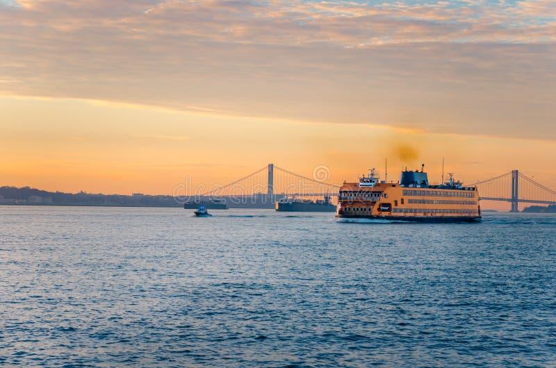 Staten Island prom przy świtem zdjęcie stock