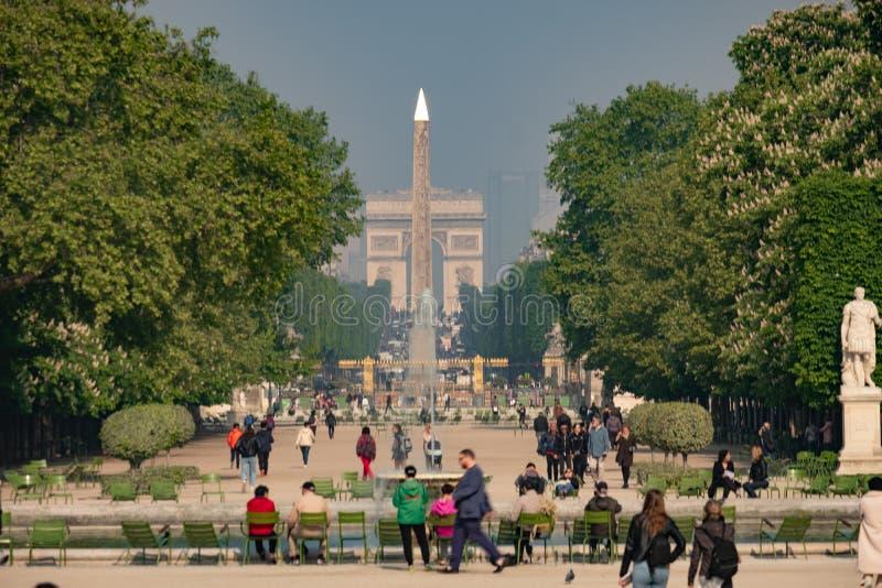 Static long shot olhando através do Jardim das Tuilarias em Paris na primavera O Luxor Obelisk e o Arc De Triomphe estão no imagem de stock royalty free