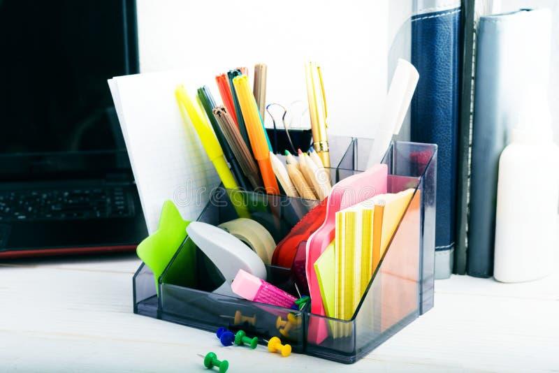 Statiionary z laptopem i notatnikami, miejsce pracy w domu lub daleko obraz stock