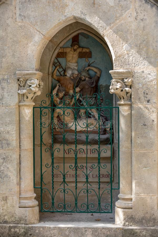 Statinon 11 Иисус пригвозжено к кресту Станции пути распятия на святилище Rocamadour Франция стоковое фото rf