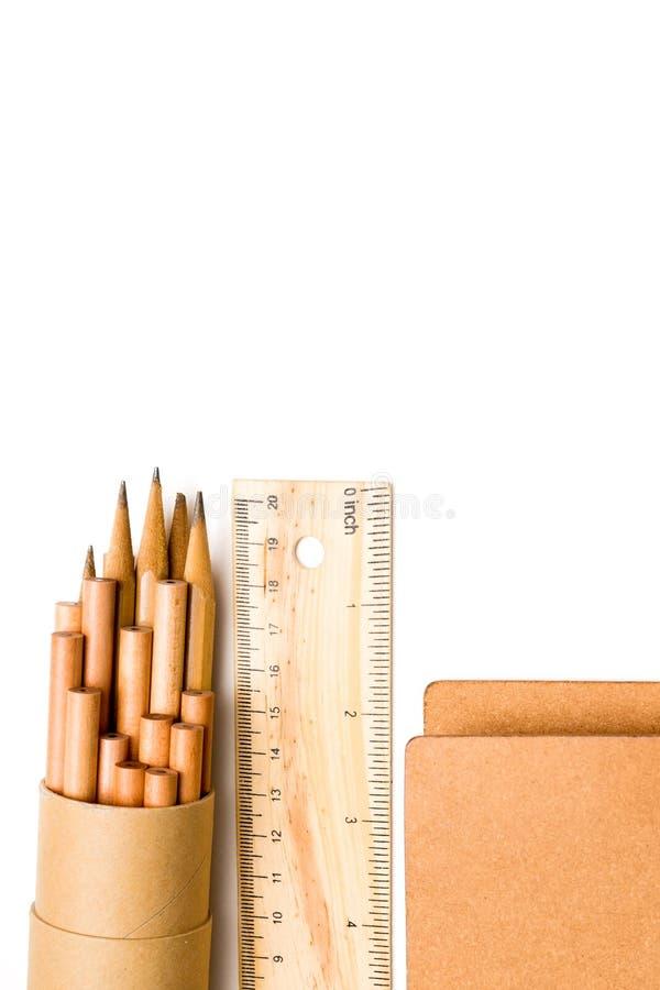 Stationär skola - blyertspenna, linjal, anteckningsbok arkivbilder