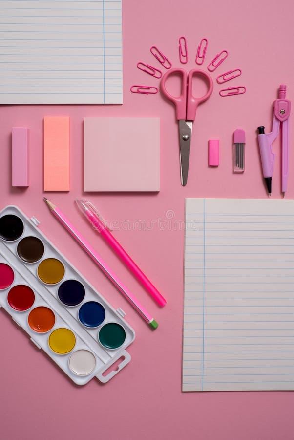 Stationärt begrepp, lekmanna- foto för bästa sikt för lägenhet av sax, blyertspennor, gemmar, räknemaskin, klibbig anmärkning, hä royaltyfri fotografi