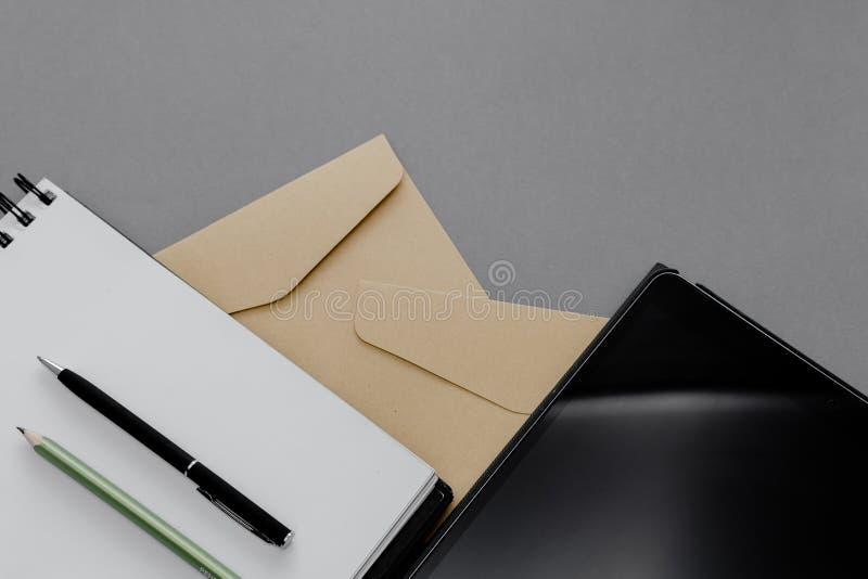 Stationärt koncept, platt lay top-vy Foto av penna, penna och anteckningsblock på en rosa, abstrakt bakgrund med kopieringsutrymm royaltyfria bilder
