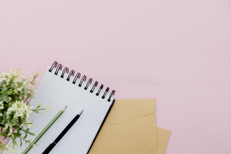 Stationärt koncept, platt lay top-vy Foto av penna, penna och anteckningsblock på en rosa, abstrakt bakgrund med kopieringsutrymm royaltyfri bild