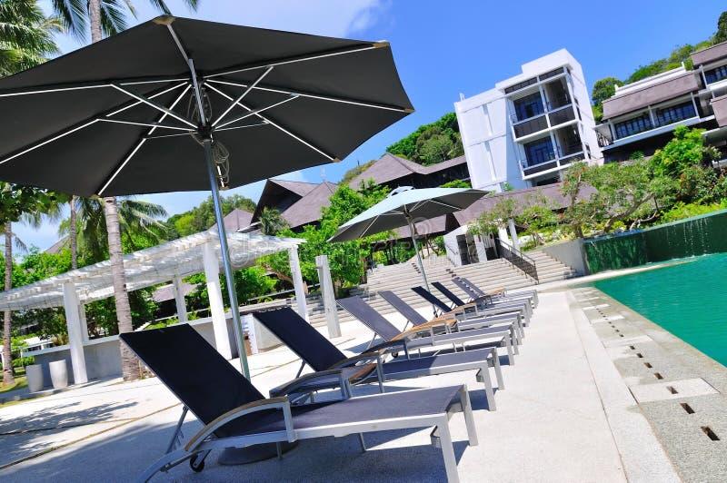 Station balnéaire avec la piscine images libres de droits