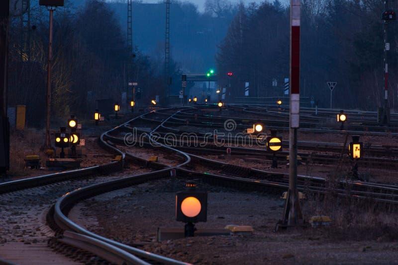 Station bij nacht stock afbeeldingen