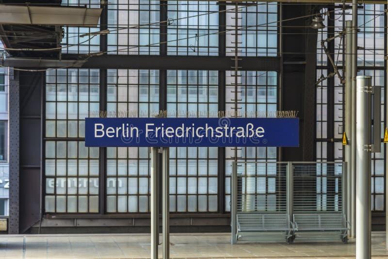 Station centrale de s-Bahn de Berlins de signe chez Friedrichstrasse image libre de droits