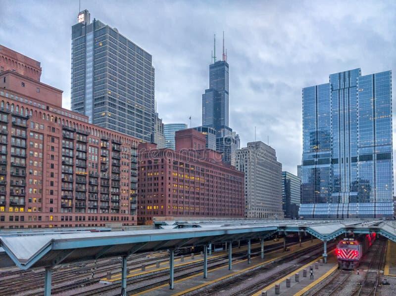 Station in Chicago met mening van de toren van oriëntatiepuntgebouwen De stad in, de buurt van de het Westenlijn Stedelijk Vervoe stock afbeelding