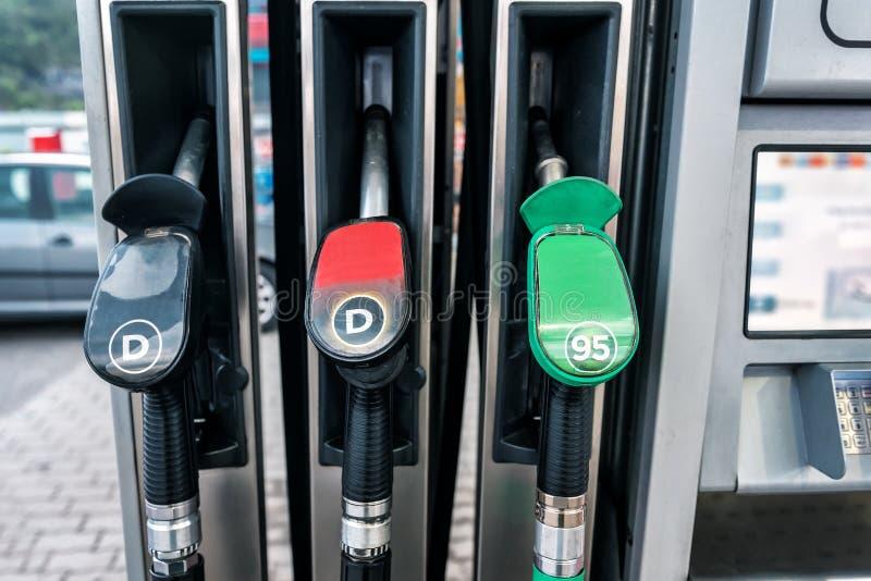 Station d'essence avec trois pistolets photos stock