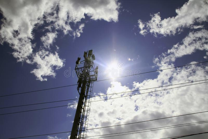 station de base futée d'antenne de réseau de GM/M du téléphone mobile 5G sur le mât de télécommunication rayonnant le signal image stock