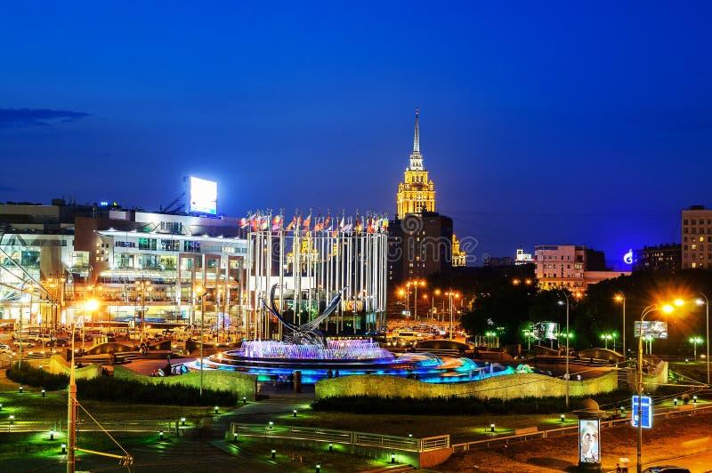 Station de Kiev et viol de fontaine de l'Europe à Moscou la nuit photographie stock