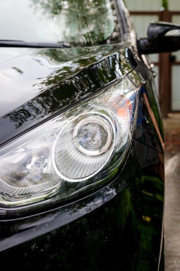 Station de lavage ext?rieure Lavage doux de voiture Voiture moderne couverte par le savon et l'eau automobile, l'eau automatique  photos stock