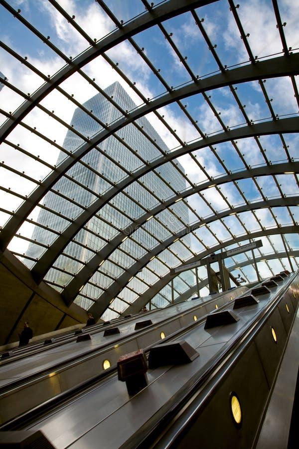 Station de métro d'escalator - quai jaune canari images libres de droits
